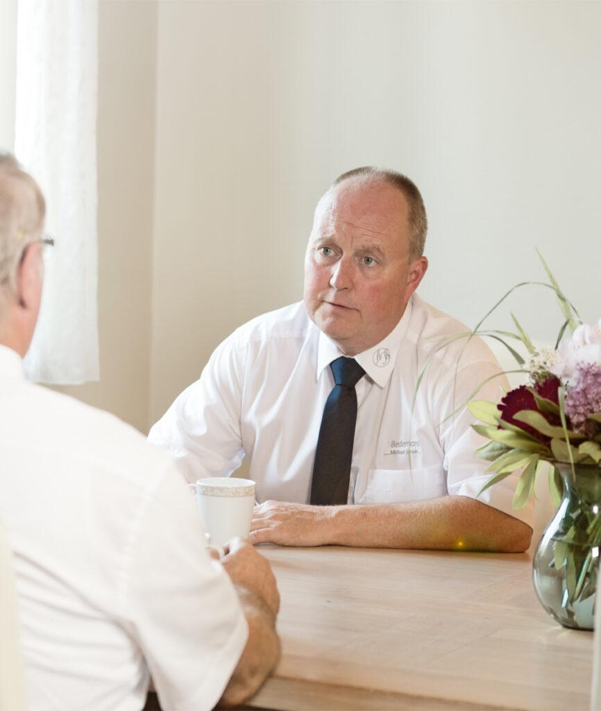 Bedemand Michael Jensen fra Helsinge Bedemandsforretning i samtale med pårørende