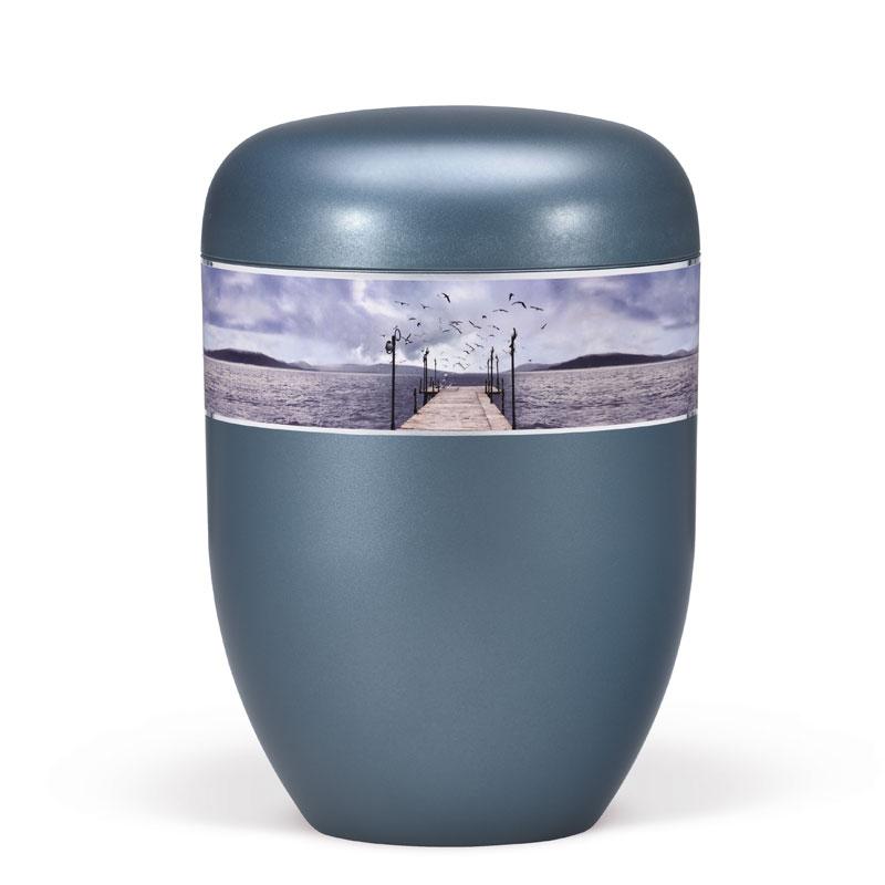 lyseblå urne med dekorationsbånde til bisættelse